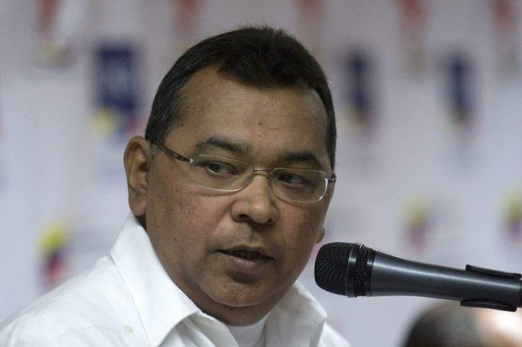 """HE01- CARACAS (VENEZUELA), 29/12/2010- El presidente de la Oficina Nacional Antidrogas de Venezuela (ONA), coronel Néstor Reverol, habla hoy, miércoles 29 de diciembre de 2010, durante la entrega del informe de gestión ante los medios de comunicación, en Caracas (Venezuela). Reverol aseguró que la caída en un 11,1% de las incautaciones de cocaína en el país durante 2010 con relación al año anterior se debe a la """"reducción de la producción en Colombia"""" y el uso de las rutas del Pacífico. EFE/Harold Escalona"""